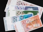 Alte Banknoten sollen weiterhin nur während 20 Jahren nach dem Rückruf umgetauscht werden können. Das will die Wirtschaftskommission des Ständerates. (Bild: KEYSTONE/GAETAN BALLY)