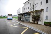 Die Bushaltestelle südlich des Eschliker Bahnhofs bleibt dank einer Intervention des Gemeinderates erhalten. Folglich kann auch die Haltestelle an der Hörnlistrasse ausgebaut werden. (Bild: Roman Scherrer)
