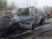 Das komplett ausgebrannte Fahrzeug hat nur noch Schrottwert. (Bild: Kantonspolizei Glarus)
