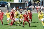 Der FC Bütschwil in den roten Tenüs gehört zu jenen Vereinen, die bisher hinter den Erwartungen geblieben sind. Noch bleiben drei Wochen, um das Punktekonto zu äufnen. (Bild: Beat Lanzendorfer)