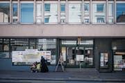 Wer ins Parterre der Liegenschaft Zürcher Strasse 27 anstelle der Post Lachen-Vonwil und der Lachen-Drogerie einziehen wird, ist noch nicht bestimmt. (Bild: Benjamin Manser)