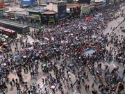 Mehrere hunderttausend Personen sind in Kolumbien am Mittwoch für mehr Geld für Bildung auf die Strasse gegangen. (Bild: KEYSTONE/EPA EFE/MAURICIO DUENAS CASTANEDA)