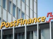 Die Postfinance führt ab dem kommenden Jahr Kontoführungsgebühren ein und verteuert weitere Dienstleistungen. (Bild: KEYSTONE/PETER SCHNEIDER)