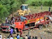 Bei einem Busunglück in Kenia sind 51 Menschen ums Leben gekommen - der Reisebus wurde beim Sturz in einen Abgrund vollständig zerstört. (Bild: KEYSTONE/EPA/STR)