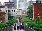 Künstler und Sänger traten auf der 2,5 Kilometer langen sogenannten High Line in New York auf. (Bild: KEYSTONE/AP/MARK LENNIHAN)