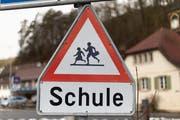 Ein Verkehrssignal deutet auf vorsichtige Fahrt hin. (Bild: KEYSTONE/Gaetan Bally)