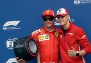 Mick Schumacher (rechts), posiert mit Ferraris Formel-1-Pilot Kimi Räikkönen. (Bild Luca Bruno/AP (Monza, 1. September 2018))