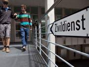Ausbildung für die Betreuung von Behinderten am eidgenössischen Ausbildungszentrum in Schwarzenburg. Vor allem der Übertritt von ausgebildeten Armeeangehörigen in den Zivilschutz soll erschwert werden. (Bild: Keystone/MARTIN RUETSCHI)