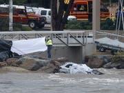 Rettungskräfte bergen die Leichen von zwei Menschen aus einem Auto, das von einem über die Ufer getretenen Fluss mit ins Meer gerissen wurde. (Bild: KEYSTONE/EPA/SEBASTIEN NOGIER)