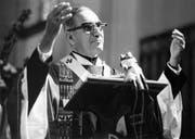Erzbischof Oscar Arnulfo Romero (1917-1980) während einer Predigt in San Salvador, El Salvador, am 17. Oktober 1979. Romero wurde am 24. März 1980 während einer Predigt vor dem Altar erschossen. (Bild: KEYSTONE/Str)