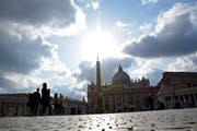 Über dem Vatikan ziehen Wolken auf. Der Autor Gianluigi Nuzzi beschreibt die erschreckenden Zustände, die hinter Berninis Kolonnaden herrschen.(Bild: Andreas Faessler)