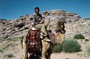 Helen Keiser unterwegs auf einem Kamel in Jordanien, 1961.