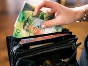 Für internationale Fachkräfte macht sich der Zuzug in die Schweiz im Portemonnaie bemerkbar. Sie können ihr Einkommen im Schnitt um 61'000 Dollar verbessern. (Bild: KEYSTONE/CHRISTIAN BEUTLER)