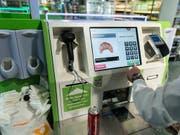 Erfasst er wirklich alle Artikel? Das Verkaufspersonal muss mit den Selbstbedienungskassen viel mehr kontrollieren und überwachen als früher. (Bild: KEYSTONE/CHRISTIAN BEUTLER)