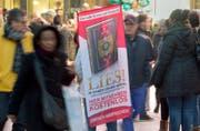 Die 2011 unter dem Namen «Lies!» in Deutschland gestartete Koranverteilungskampagne hat eine möglichst grosse Verbreitung des Islam zum Ziel. (Symbolbild: Keystone)