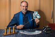Kurt Lichtensteiger mimt auf der Bühne den Magier. Er kann aber nicht nur mit Karten: Auch mit mentalen Kunststücken versetzt er das Publikum regelmässig in Staunen. (Bild: Urs Bucher)