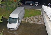 Der Lieferwagen rollt vom Parkplatz in den Kanal. (Bild: Landespolizei)