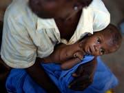Eine Mutter wartet mit ihrem unterernährten Baby in einer Gesundheitsstation im zentralafrikanischen Bangui - die Hungersituation in der Zentralafrikanischen Republik wird im Welthungerindex als «gravierend» eingestuft. (Bild: KEYSTONE/AP/JEROME DELAY)