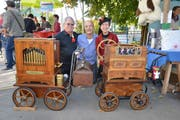 Das Drehorgelpaar Barbara und Markus Bürgler mit Michael Oklé (Mitte) am Zuckenrieter Herbstmarkt. (Bild: Zita Meienhofer)