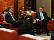 Die Konzernführung des deutschen Autobauers BMW hat sich am Donnerstag mit dem chinesischen Premier Li Keqiang (rechts) in Peking getroffen. (Bild: KEYSTONE/EPA KYODO NEWS POOL/DAISUKE SUZUKI / POOL)