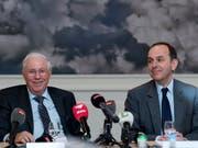 Grünes Licht von der Wettbewerbskommission: Christoph Blocher (links) und Pietro Supino, Verwaltungsratspräsident der Tamedia AG geben die geplante Übernahme der «Basler Zeitung» durch Tamedia bekannt. (Bild: KEYSTONE/GEORGIOS KEFALAS)