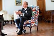 Charles Bowman bildet bewusst einen Kontrast zur aufgeregten Brexit-Debatte. (Akintunde Akinleye/Reuters, Lagos, 28. Juni 2018)