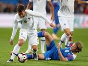 Island-Torschütze Bjarnason versucht Frankreichs Griezmann zu stoppen (Bild: KEYSTONE/AP/DAVID VINCENT)