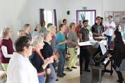 An der Chorprobe von Dirigentin Alexa Vogel machen singbegeisterte Frauen und Männer mit. (Bild: Manuela Olgiati)