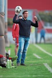 Einen stilechten Einwurf kann er immer noch ausführen: Moreno Merenda trainiert in der laufenden Saison erstmals eine Aktivmannschaft. (Bild: Roger Zbinden (Sins, 6. Oktober 2018))