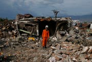 Ein Helfer sucht nach Überlebenden auf Sulawesi. (Bild: AP Photo/Dita Alangkara)