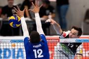 Thomas Brändli (rechts) und Volley Amriswil bekamen im Supercup die Stärke von Meister Lausanne bereits zu spüren. (Bild: Anthony Anex/KEY, Gümligen, 7. Oktober 2018)