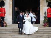 Die Queen-Enkelin Eugenie trug bei ihrer Vermählung in Schloss Windsor ein schlichtes, weisses Kleid mit weitem V-förmigem Ausschnitt. (Bild: KEYSTONE/EPA/NEIL HALL)