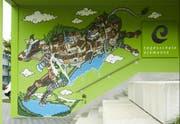 Innert weniger als zwei Tagen schuf Andy Council aus Bristol die Zuger Graffiti-Kuh beim Eingang zur Tageschulse Elementa in Neuheim. (Bild: Jakob Ineichen)