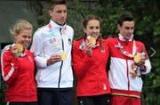 Die Zürcherin Anja Weber (Dritte von links) hat im Triathlon Mixed Staffel Gold gewonnen (Bild: Facebook Swiss Olympic Team/Manuel Lopez/Adrian Goetschi)