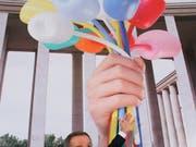 Der US-amerikanische Künstler Jeff Koons mit einer Illustration seines «Bouquet of Tulips»: Erinnerung an die Opfer der Terror-Anschläge von Paris oder Selbstdarstellung? (Bild: KEYSTONE/AP/MICHEL EULER)