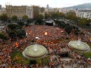 Tausende haben am Freitag am Nationalfeiertag in Spanien gegen Separatismus demonstriert. (Bild: KEYSTONE/AP/MANU FERNANDEZ)