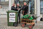 Im Januar 2015 übergab Kantonsrat Kurt Egger eine Petition der Grünen Eschlikon mit 424 Unterschriften an Gemeinderat Bernhard Braun und den damaligen Gemeindeammann Robert Meyer. Ziel des Begehrens war eine Grünabfuhr, welche bereits 2016 in der Gemeinde eingeführt wurde. (Archivbild: Olaf Kühne)