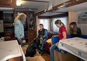 Die Familie Rodel mit Karin, Hund Zorro, Alex, Celine und Nadine in ihrem Wohnwagen. (Bild: Corinne Glanzmann (Luzern, 11. Oktober 2018))