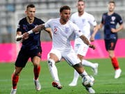 Englands Verteidiger Kyle Walker (Mitte) kommt vor Ivan Perisic (links) an den Ball (Bild: KEYSTONE/EPA/ANTONIO BAT)