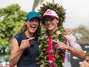 Daniela Ryf (rechts) würde mit einem weiteren Ironman-WM-Titelgewinn auf Hawaii mit der vierfachen Ironman-Weltmeisterin Chrissie Wellington (links) gleichziehen (Bild: KEYSTONE/EPA/BRUCE OMORI)