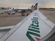 Die italienische Regierung will zusammen mit Partnern die Fluggesellschaft Alitalia wieder flott machen. (Bild: KEYSTONE/AP/LUCA BRUNO)