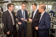 Heinz Erb, Leiter RAV Thurgau, und Daniel Wessner, Chef des Amtes für Wirtschaft, tauschen sich mit Gerold Eger, Geschäftsführer Baumer Electric AG, und dem Baumer-Personalchef Marco Schaffner aus. (Bild: Reto Martin)