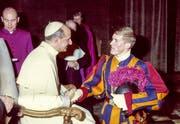 Papst Paul VI. verabschiedet Peter Brunschwiler. Der Weinfelder diente vier Jahre in der Schweizer Garde. (Bild: Privatarchiv Peter Brunschwiler)