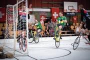 Matias Klarer und Adrian Osterwalder (in Grün) bestreiten heute ihr letztes Olma-Radballturnier. (Bild: Urs Bucher)