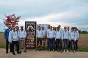 Das Organisationskomitee des Aargauer Kantonalschwingfests steht vor dem Festplatz «Chäbere». (Bild: Christian Breitschmid)