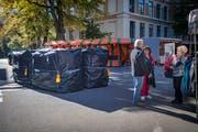 Die Polizei blockiert die Zufahrtsstrassen mit Wassertanks. (Bild: Benjamin Manser)