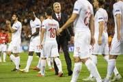 Enttäuschte Schweizer trotten, getröstet von Trainer Vladimir Petkovic, nach der Niederlage gegen Belgien vom Feld. (Bild: Keystone)