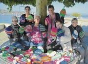 Die Strick-Trick-Frauen zeigen ihre Werke: Irene Leuthold, Irmgard Sonnberger, Rosa Gianola, Gruppenleiterin Cordelia Donatsch, Margrit Gemperle und Frieda Egli. (Bild: Margrith Pfister-Kübler)
