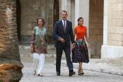 Der spanische König Felipe (Foto vom Sommer mit Königin Letizia (r.) und seiner Mutter Sofia) wird mit seiner Frau die vom Unwetter zerstörte Insel Mallorca besuchen. (Bild: Keystone, 3.August 2018)