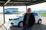 Roland Etter tankt sein Auto an der Stromtankstelle Morgental: Das Fotovoltaik-Dach generiert genug Strom, um ein Auto jährlich bis zu 1 (Bild: Jolanda Riedener)